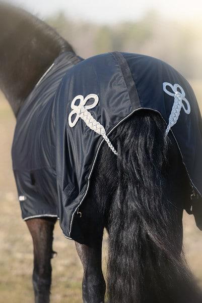 Hästtäcke - tävlingstäcke, shiny fleece med silverdetaljer, bakifrån